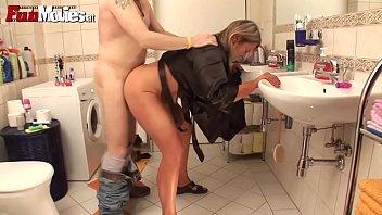 Порно видео Немецкой зрелой мамаше блондинке вставили в ванной